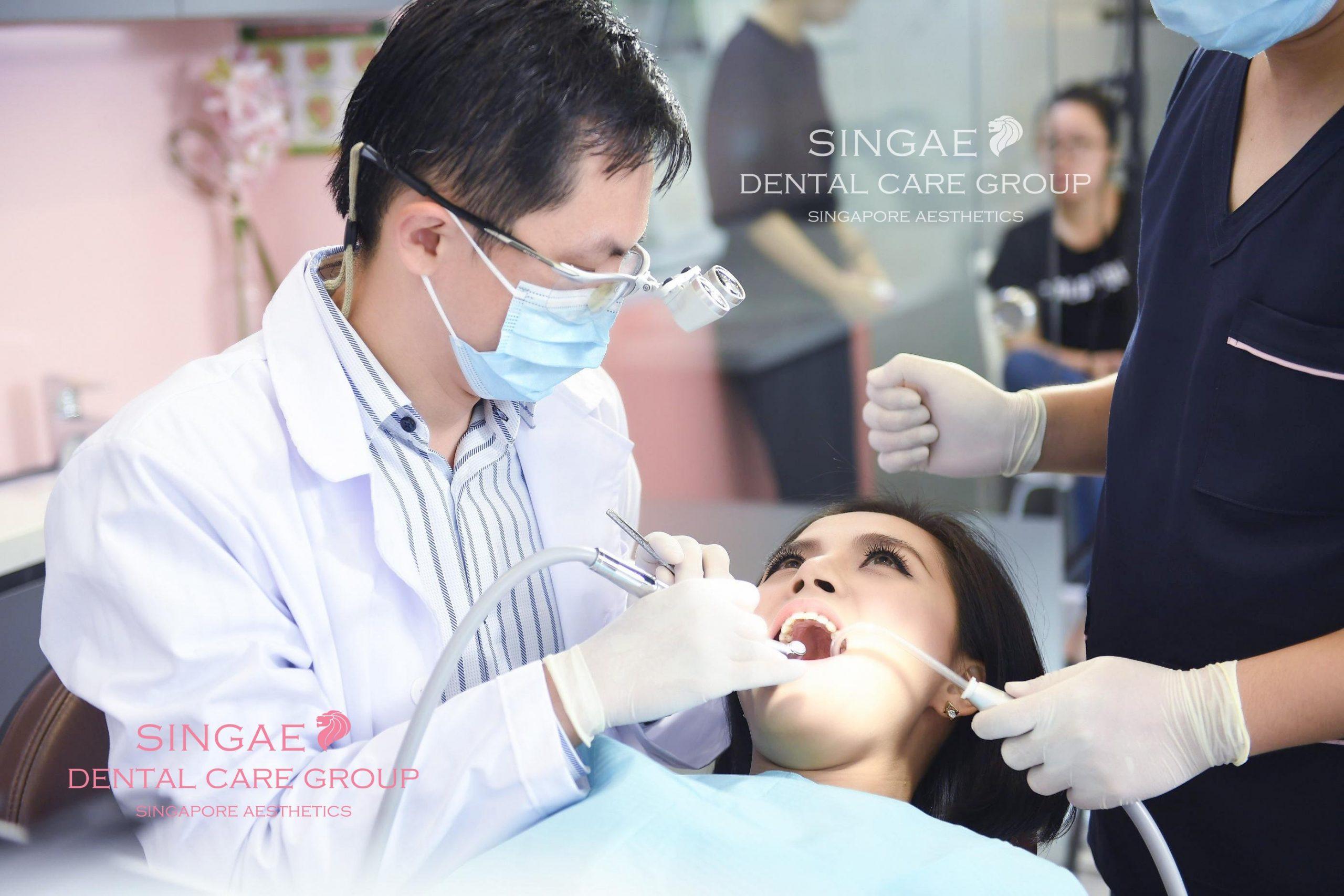 Bác sĩ điều trị răng cho bệnh nhân