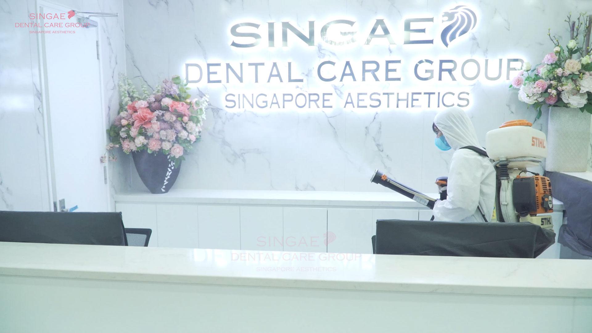 Nhân viên Singae phun khử khuẩn