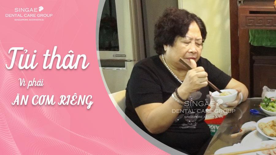 Cụ bà U80 phải ăn cơm riêng mặc dù ngồi chung mâm, nguyên nhân khiến người đọc rơi nước mắt