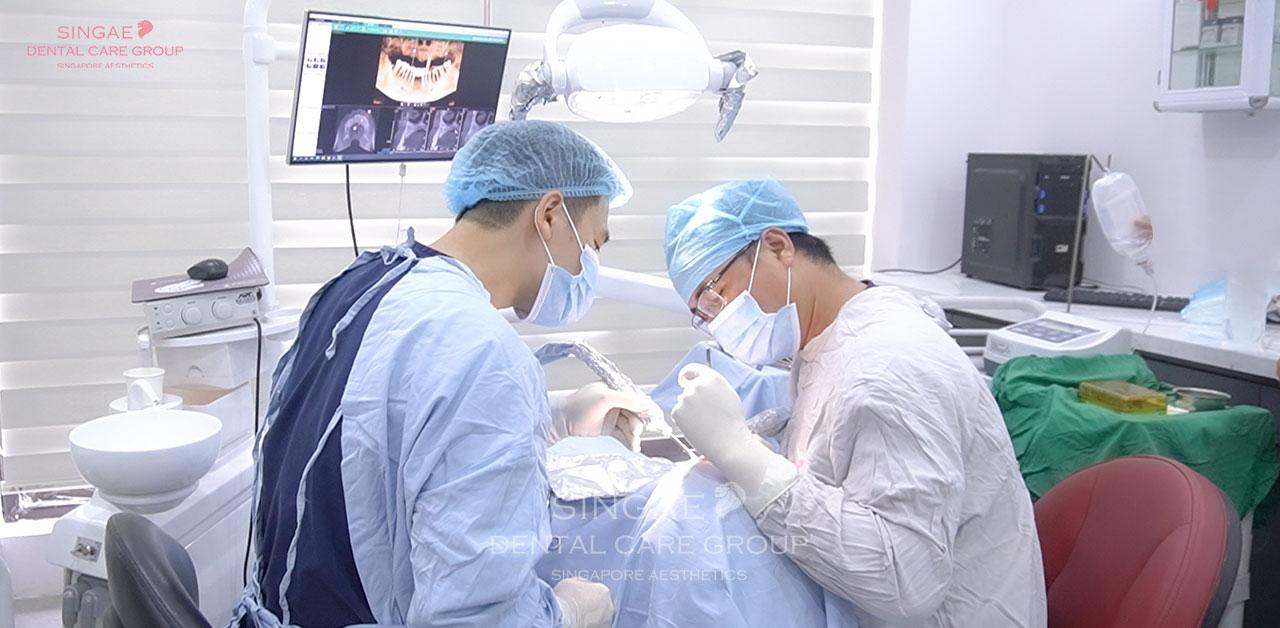 Bác sĩ tiến hành cấy Implant vào xương hàm
